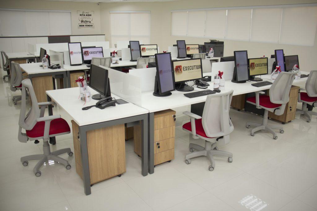 Sala com estações de trabalho da sede da EXECUTIVA